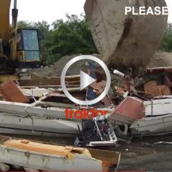 Kolla hur grävaren sabbar motorbåten!