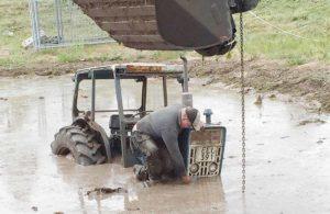 STOPP! Carl-Johan krokar i grävaren!
