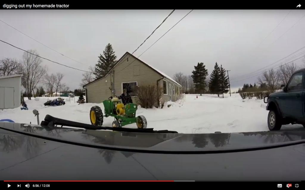 Gräver fram hemgjord traktor