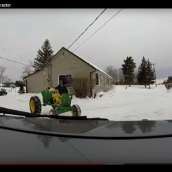 Gräver fram sin hemgjorda traktor.