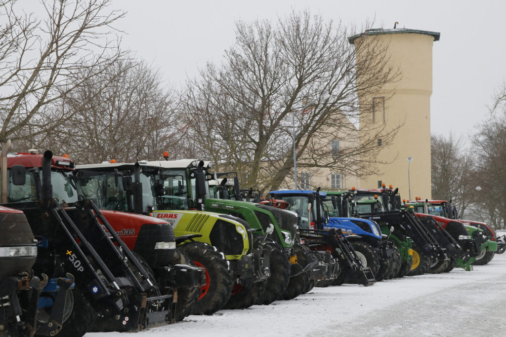 Bollerup. Några av traktorerna i väntan på traktorparad till Tomelilla.