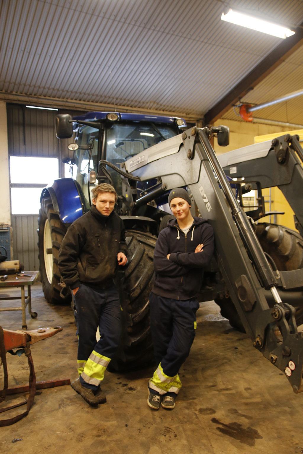 Hugo Persson och Felix Lundberg arbetar i verkstaden.
