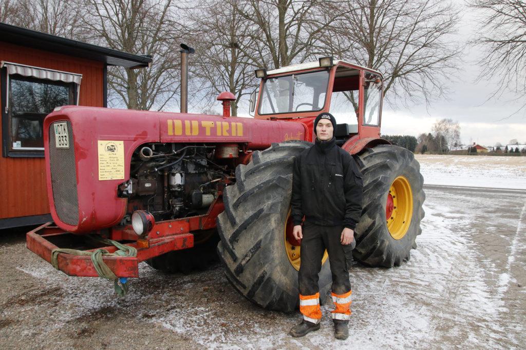 Rickard Johansson har gjort praktik på Simmelsberga Gård och fick låna med sig en Dutra till skolan.