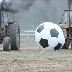 WOOW! Kolla de här Valmet-yttrarna. Vilket lir! Häng med på traktorfotboll i Målilla!