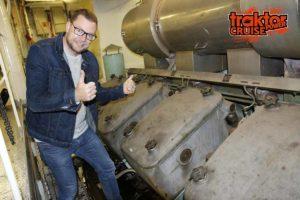 POWER-JOEL! Vad har han hittat i maskinrummet. En av Cinderellas gigantiska V12-motorer så klart.